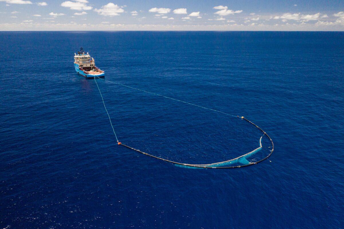 Schiff auf dem Meer befreit Ozeane von Plastikmüll