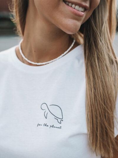 Frau im weißen for the planet Shirt