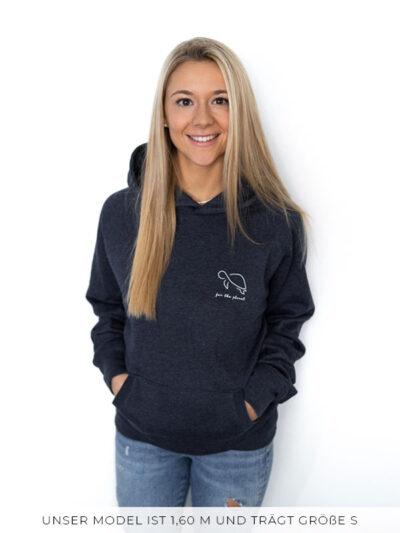 Blonde Frau mit langen Haaren trägt ein for the planet Hoodie in einem melange navy blau Farbton in der Größe S